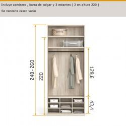 Interior de armario camisero, barra de colgar y estantes